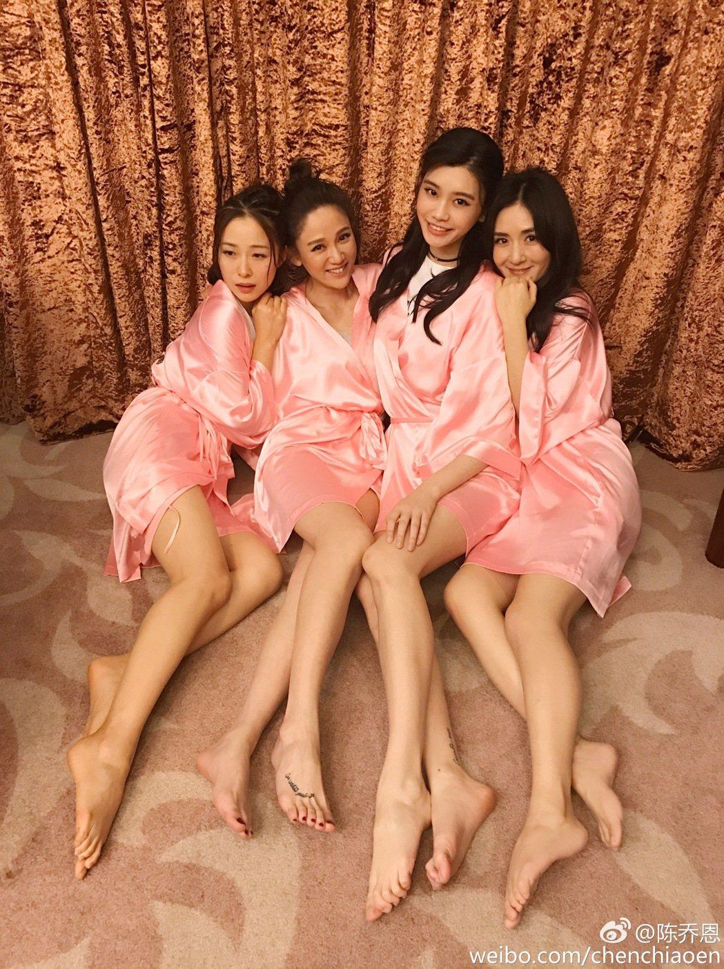 江一燕(左起)、陳喬恩、奚夢瑤、謝娜。圖/擷自微博。