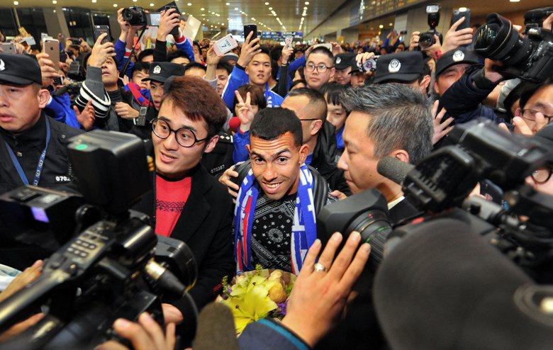 阿根廷名將特維斯接著以全世界足球員最高薪的61萬英鎊周薪加盟上海另一支球隊申花隊。圖為特維斯抵達上海,在機場受到球迷熱烈歡迎。 圖/新華社
