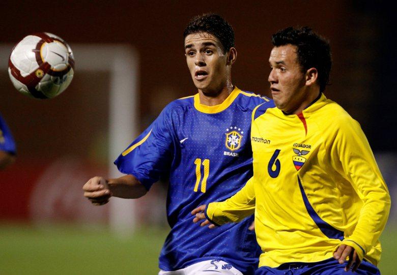 中南美洲、非洲、亞洲菁英匯集於歐洲豪門,但足球人才輸出國的巴西、阿根廷聯賽卻面臨著農場化與養老院化的困境。奧斯卡(左)為在英超踢球的巴西球員。 圖/美聯社