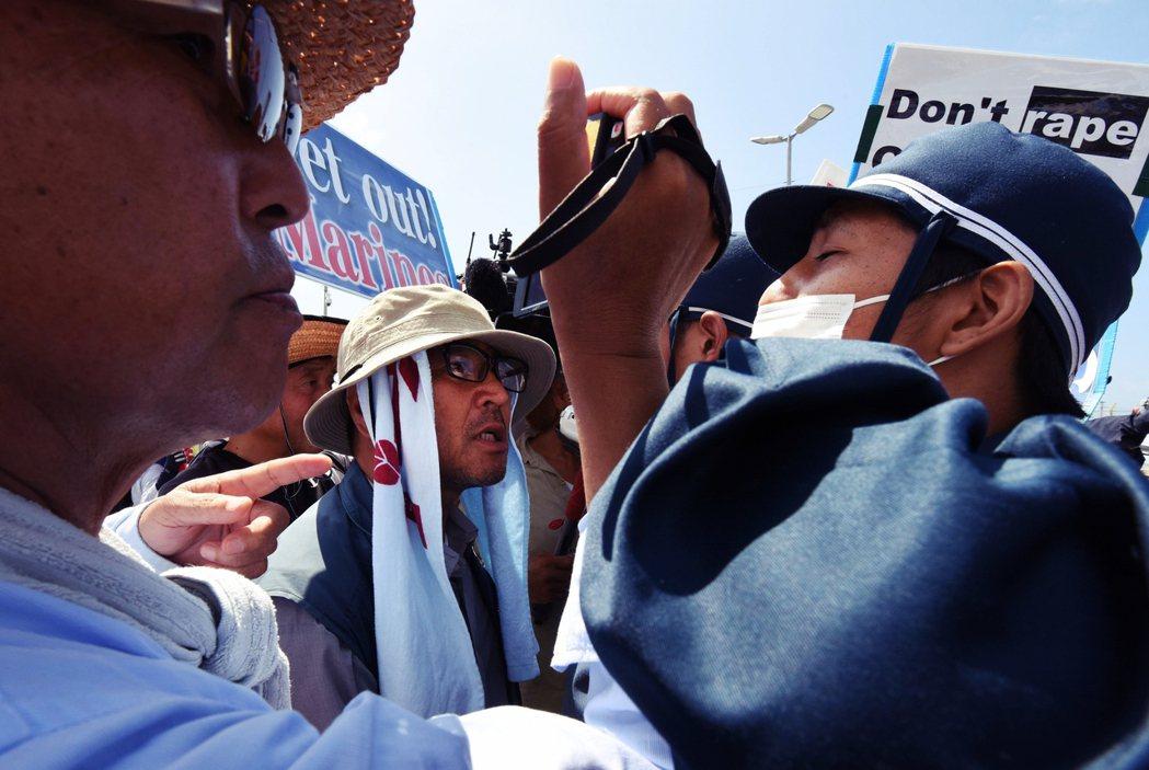 資料圖片。大和警察在沖繩的「土人」暴言,也引發在地的憤怒。 圖/法新社