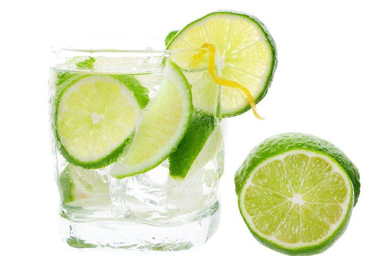喝檸檬水要用玻璃杯。 圖片/ingimage
