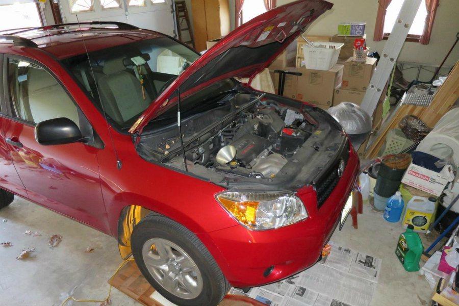引擎機油保養更換週期約 5,000-10,000km、或一年更換一次,看哪個先到...