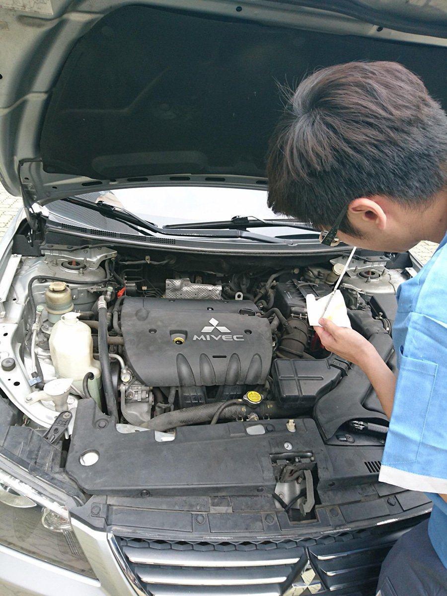 檢視變速箱油量時,需先跑過P、R、N、D 各個檔位。另外,更換時變速箱油品需符合...