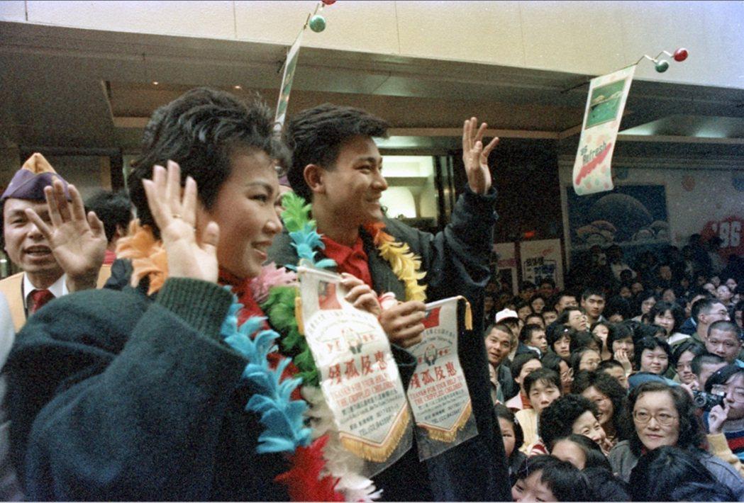 劉德華和蘇芮在西門町引來人潮包圍。圖/聯合報系資料照片