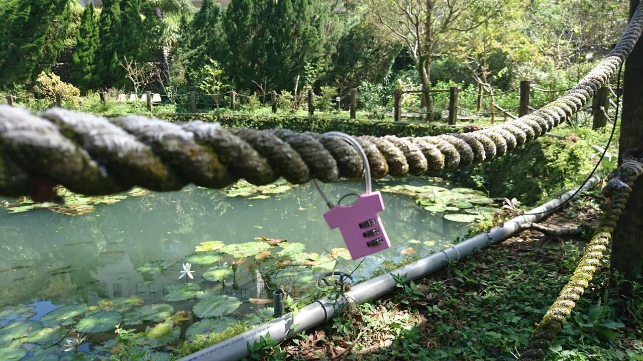 第七個景點「定情湖」,準備一把小鎖,寫上自己與對方的名字,鎖在「定情湖」邊上,將...