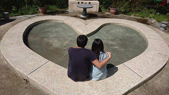 景點四是「愛情許願池」,兩人背對「愛情許願池」丟錢幣許願,只要能丟到池中心點,兩...