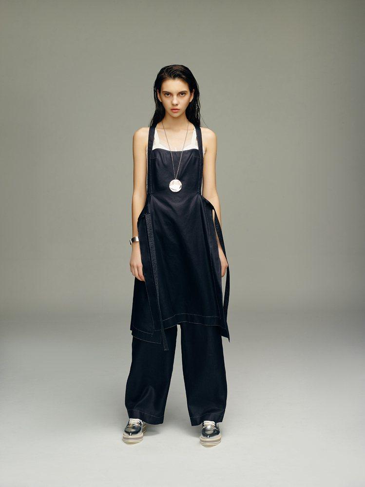 丹寧寬褲打造石洗效果、具防潑水功能,同時帶有光澤感。圖/JAMEI CHEN提供