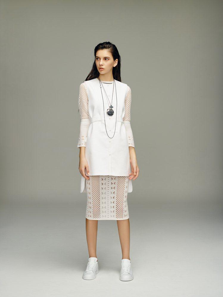 絲綿、雪紡的布料展現層次美,混搭運動風的休閒鞋履。圖/JAMEI CHEN提供