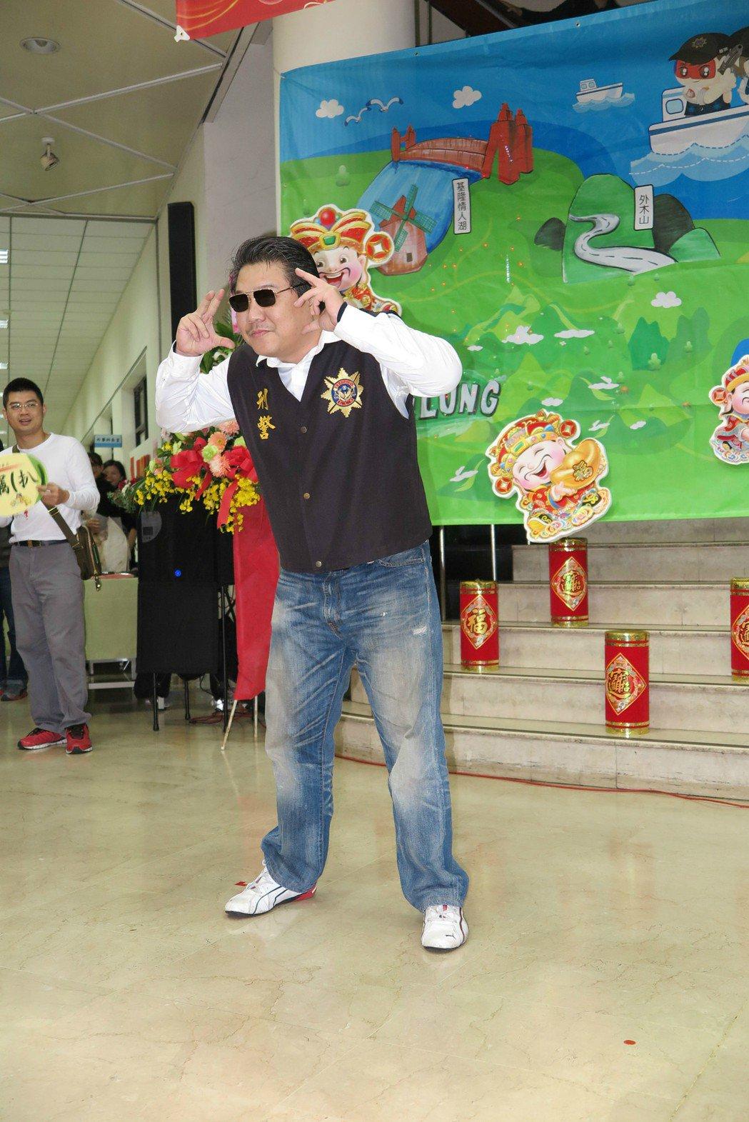 偵查佐李國彰在尾牙表演PIKO太郎在網路上一夕爆紅,今天本尊重現經典舞步。記者林...