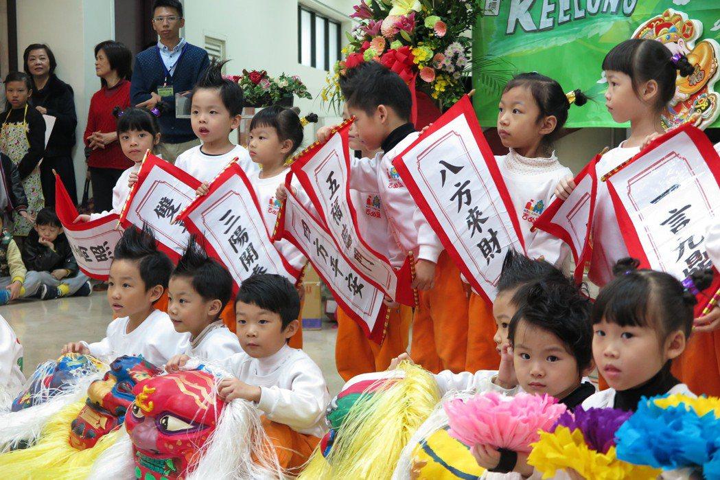 小朋友表演舞龍舞獅。記者林孟潔/攝影