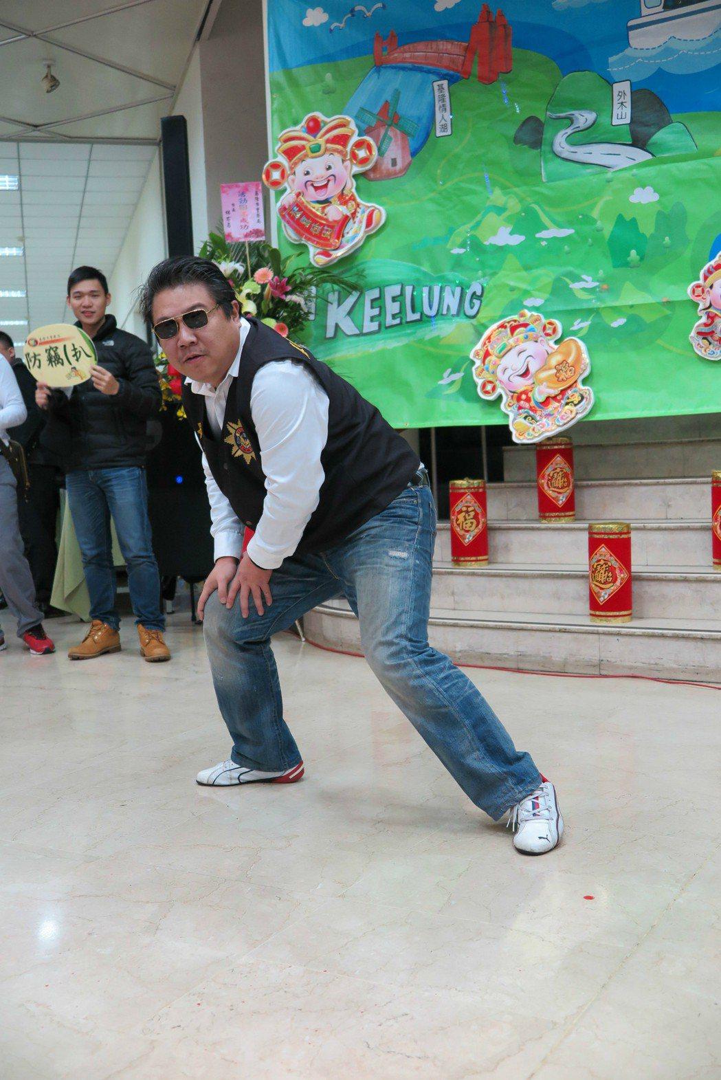 偵查佐李國彰在尾牙表演PIKO太郎在網路上一夕爆紅。記者林孟潔/攝影