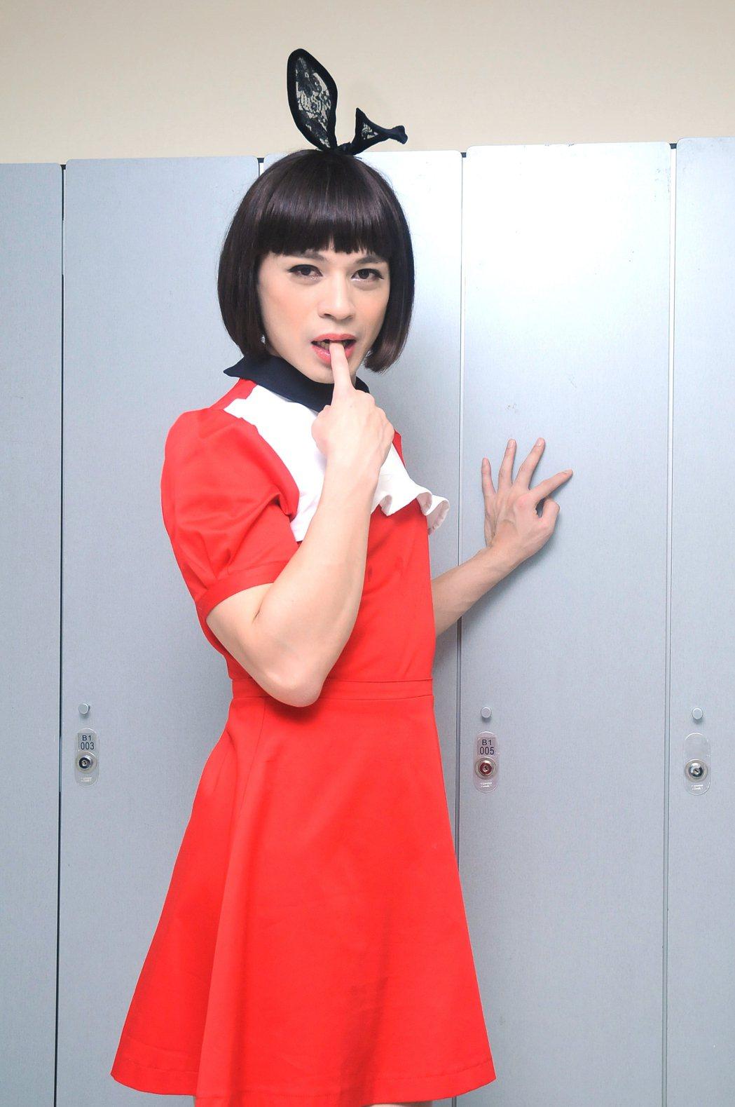 阿ken反串女裝比女生還美。圖/台視提供