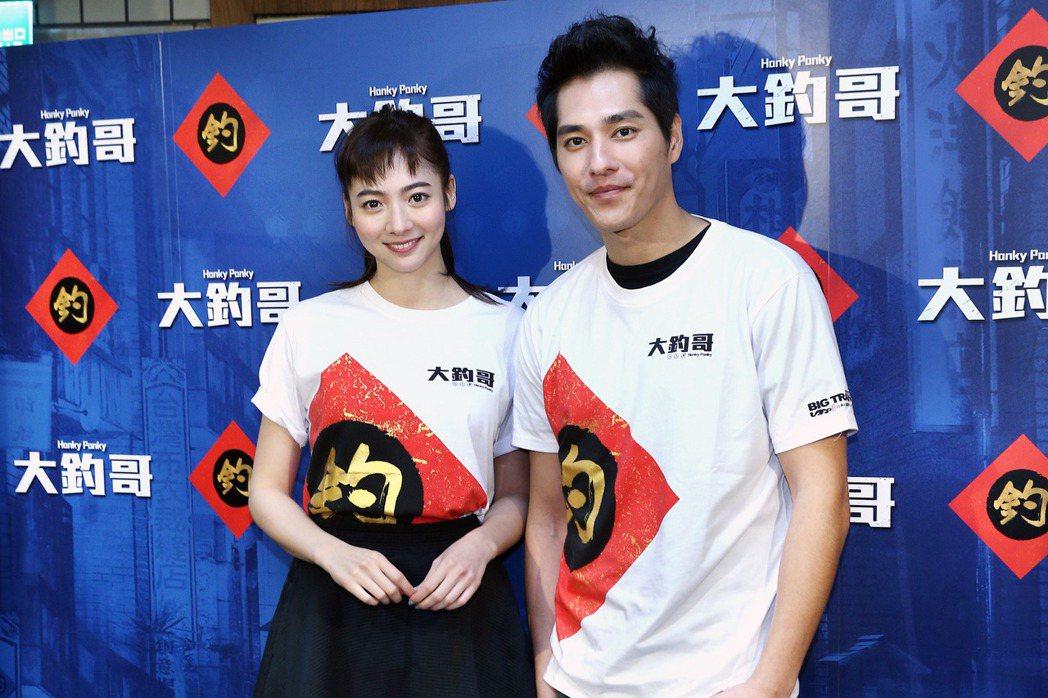 藍正龍(左)與謝沛恩(右)為電影「大釣哥」宣傳,藍正龍分享與豬哥亮演出父子的有趣