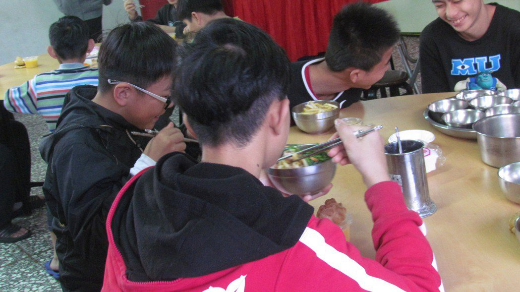 午餐有薯條、泡芙和炸雞塊等,南投仁愛之家的學生吃地很開心。記者張家樂/攝影