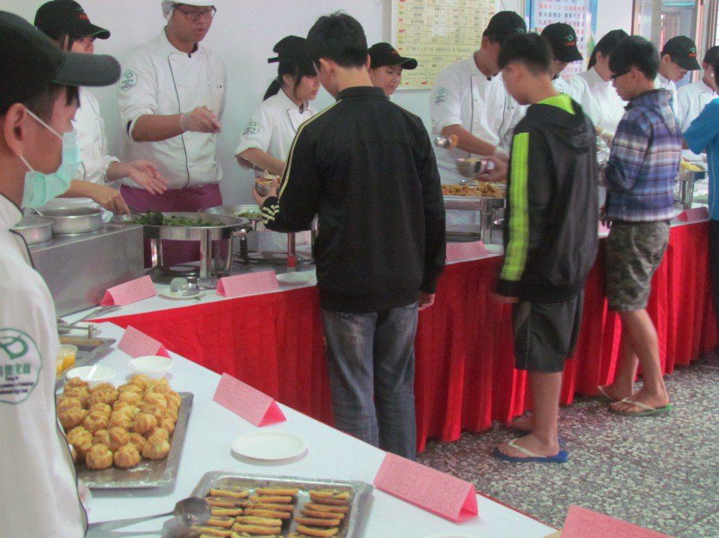 同德家商學生到南投仁愛之家烹調好吃的料理,讓學童大快朵頤。記者張家樂/攝影