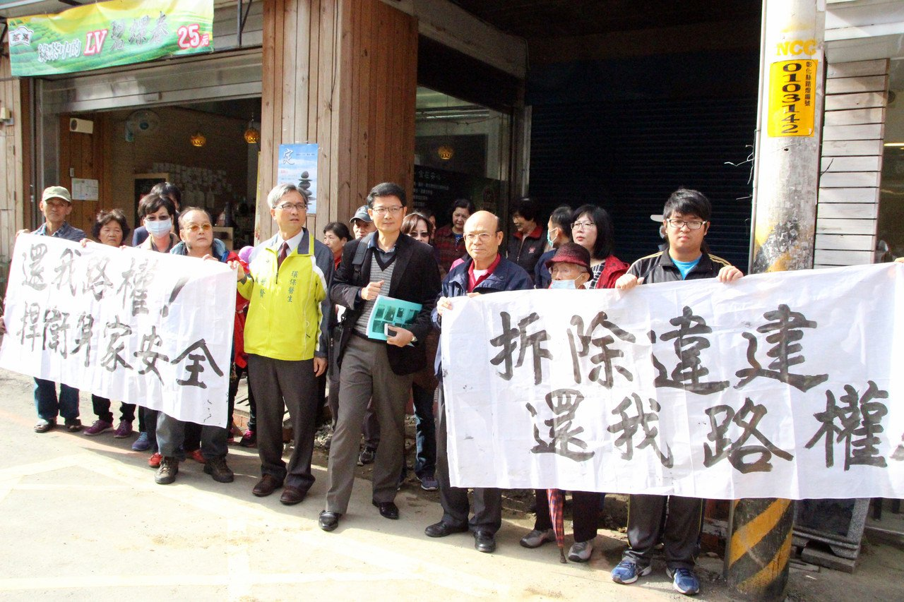彰化市南郭路一段居民不滿走了50多年的巷道遭封閉,今天到縣府抗議。記者林敬家/攝...