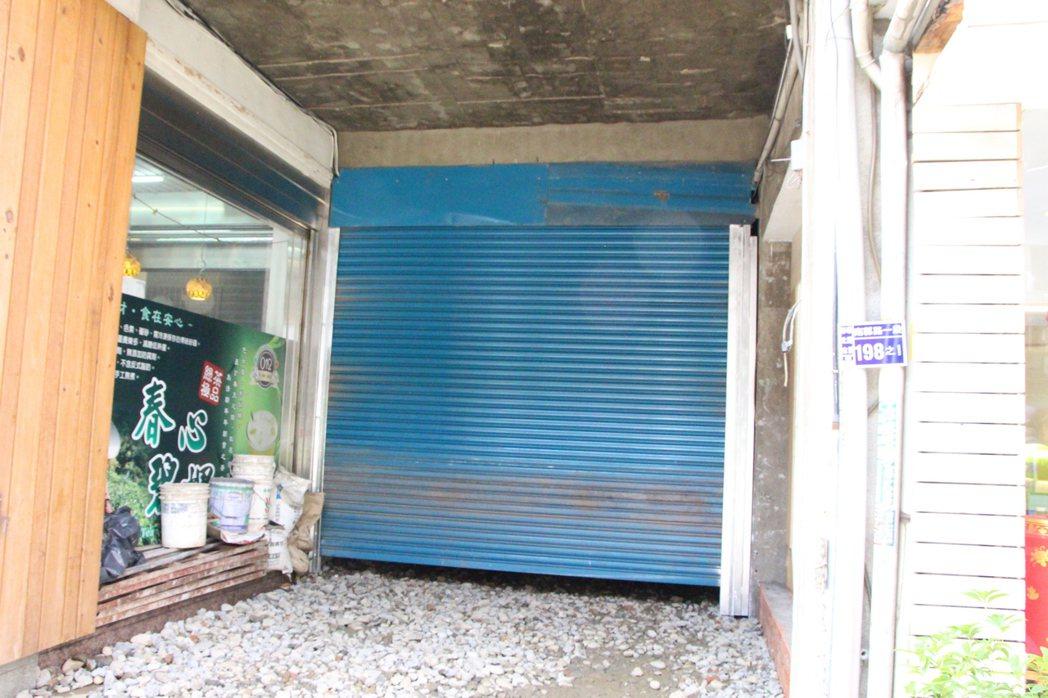 彰化市南郭路一段196巷原本為人車通行巷弄,近日遭屋主以砌磚封死。記者林敬家/攝...