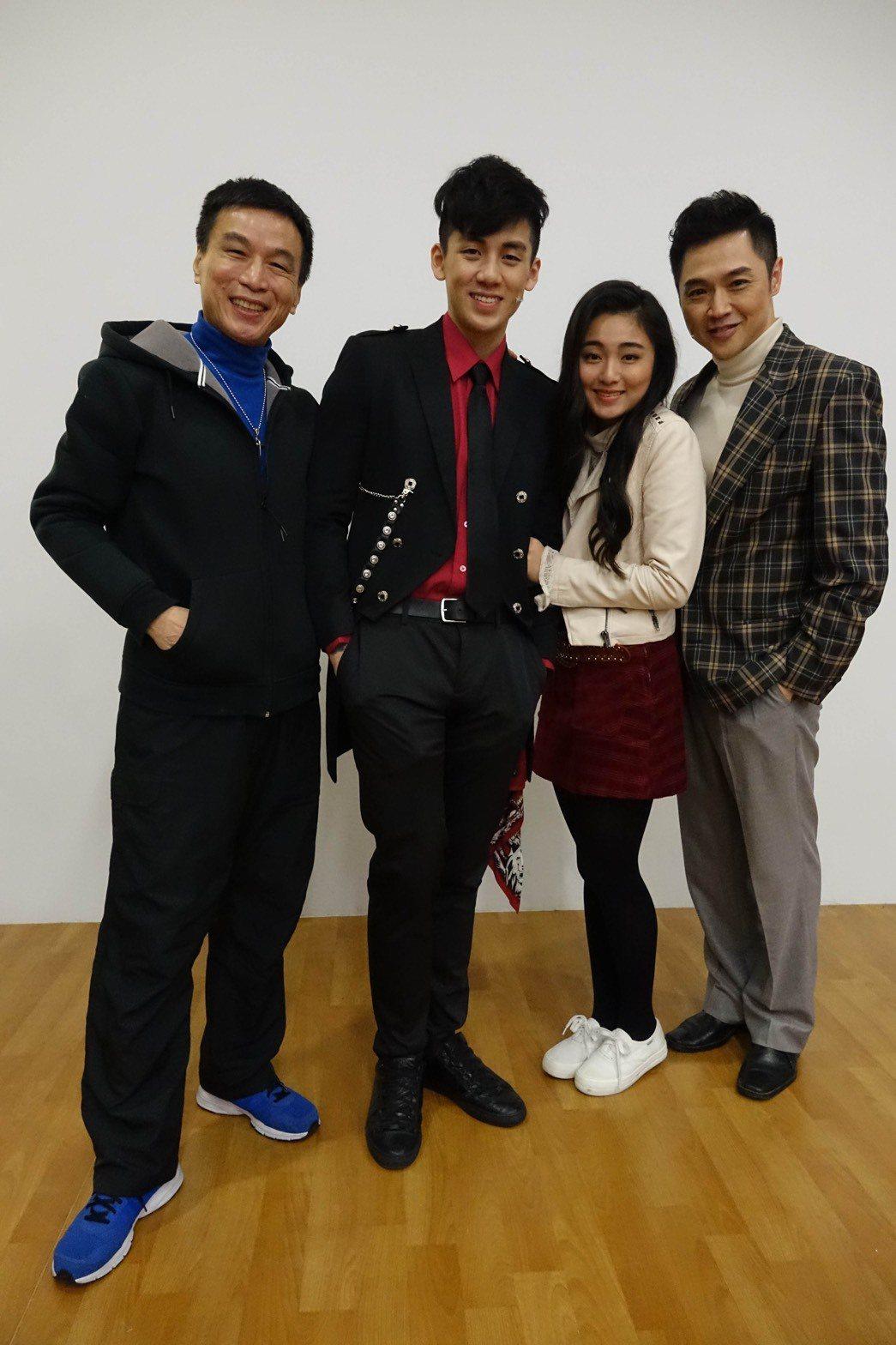 李天柱(左起)、寶弟葛兆恩、童玉諼、宋達民演出舞台劇「回家」。圖/回家劇組提供