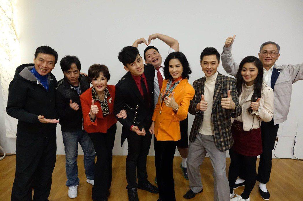 宋達民(右三)擔任「回家」舞台劇製作人壓力大。圖/回家劇組提供