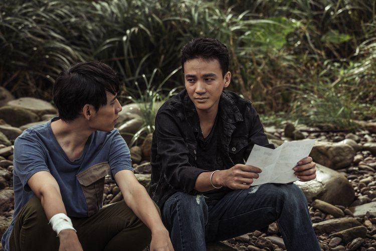 徐鈞浩(左)、曹晏豪演出「天黑請閉眼」有曖昧情愫。圖/好風光提供