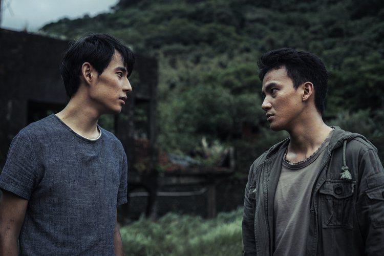 徐鈞浩(左)、曹晏豪演出「天黑請閉眼」靠眼神傳情。圖/好風光提供