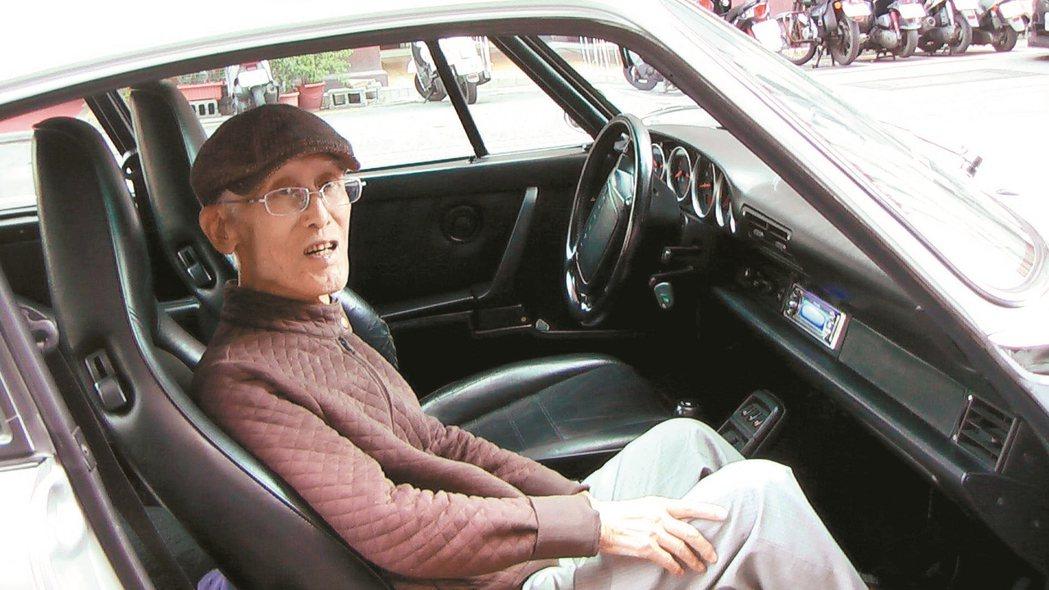 詩人余光中(圖)90歲生日時獲贈超跑模型車,許願搭真的超跑過過癮,昨天得償夙願,...