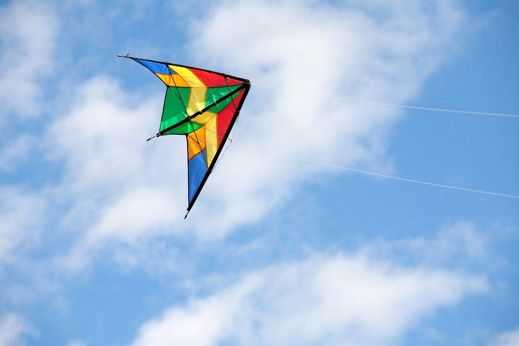 有次放風箏,我站在草地上,雙手拉著細細的線與天空拔河時,看著遠颺的風箏在空中起伏...