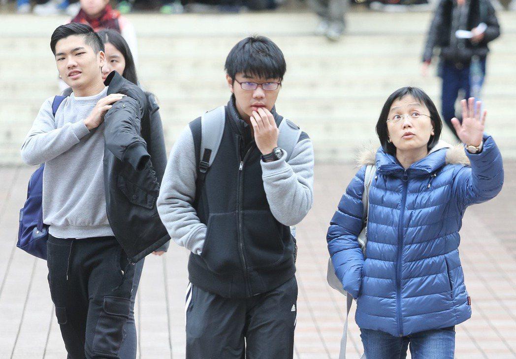 106學年大學學測登場,受到強烈大陸冷氣團影響,全台氣溫驟降,考生在家長陪同下,...