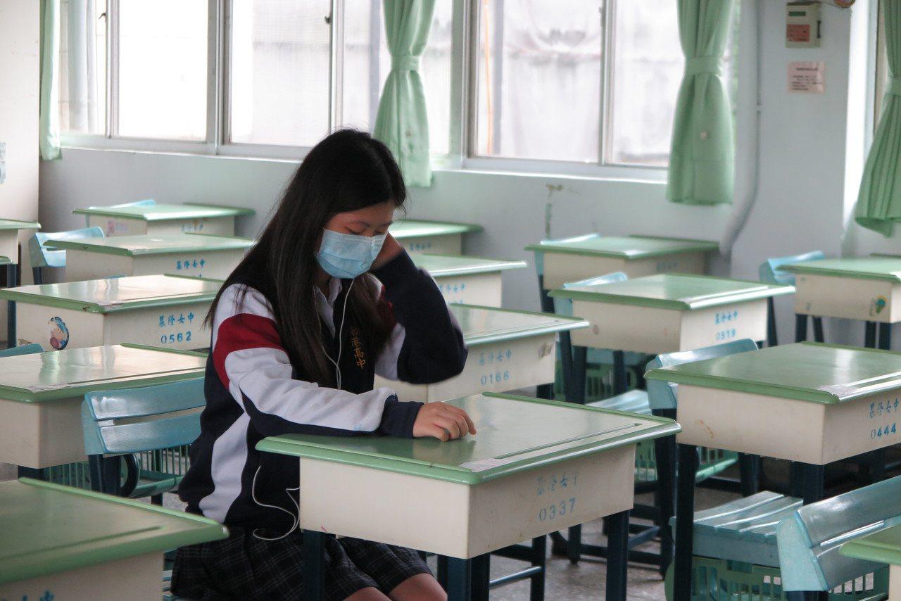 圖為大學學測考生看考場。本報資料照片/記者林孟潔攝影