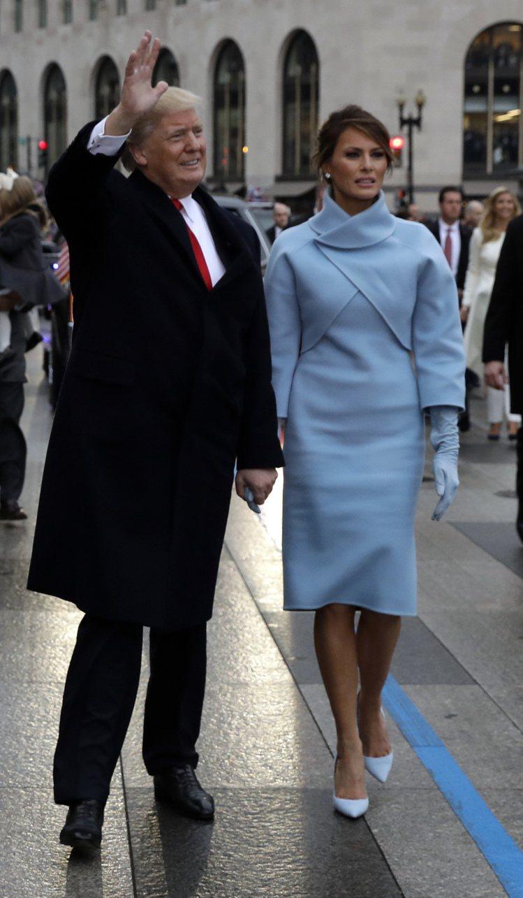 第一夫人梅蘭妮亞穿Ralph Lauren藍色套裝,展現「大美國主義」。圖/美聯...