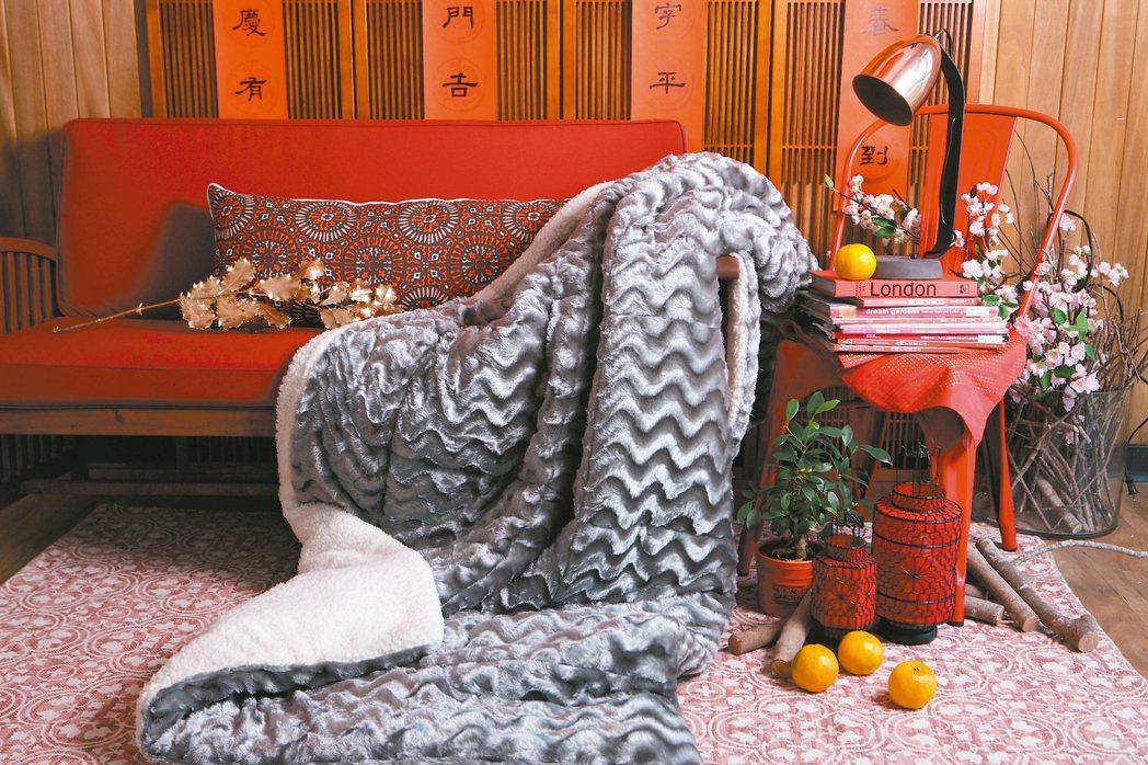 打造充滿年味的生活空間,也可以利用窗簾、抱枕或是地毯等棉紡類織品。 圖/生活工場...