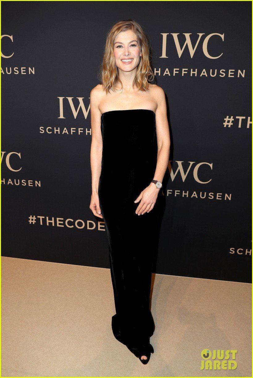 蘿莎蒙派克則是以一襲黑色平口禮服出席IWC活動,同樣幾乎沒有過多飾品的搭配,充分