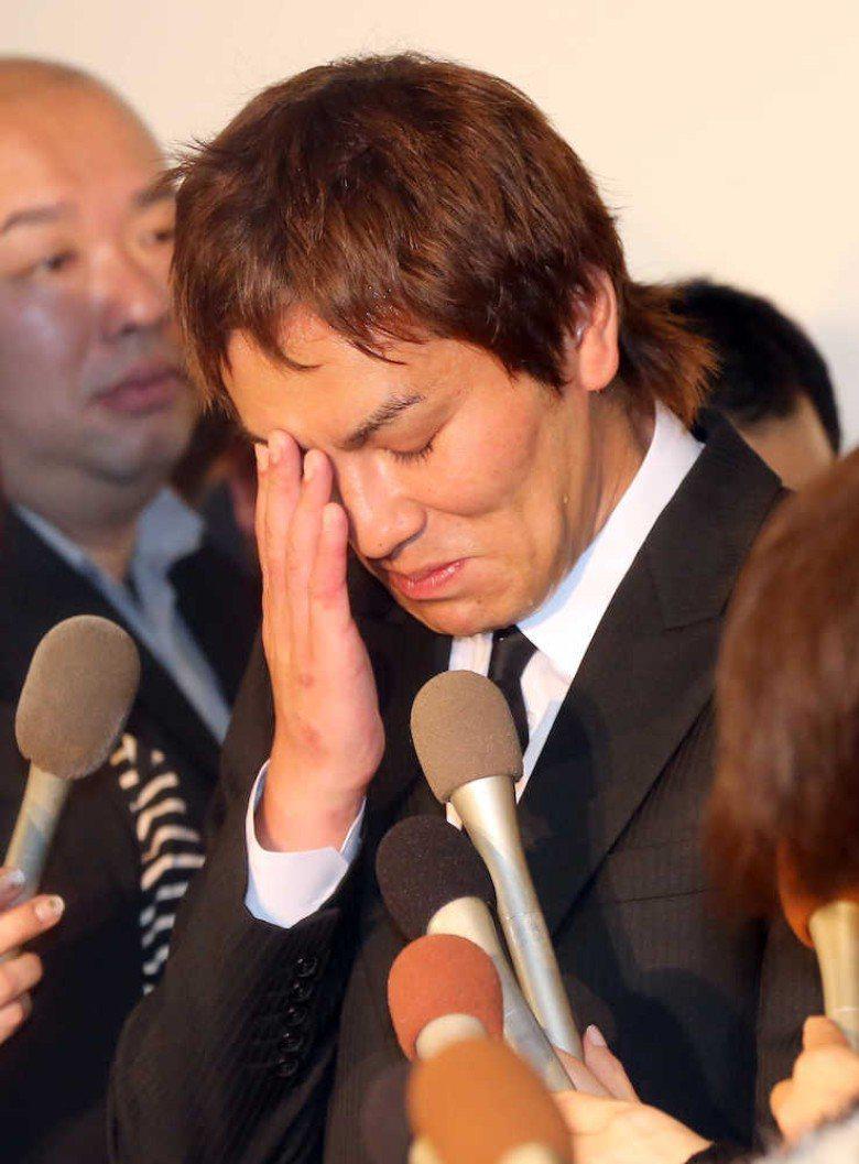 狩野英孝在記者會上落淚。圖/摘自日刊體育