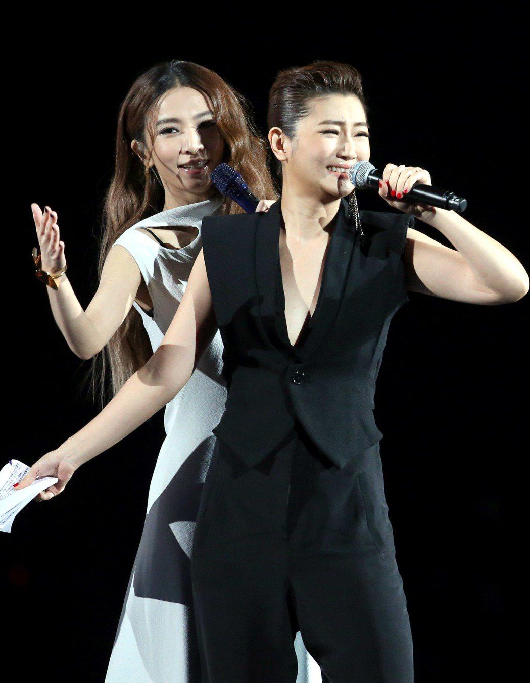KKBOX風雲榜在台北小巨蛋舉行,田馥甄(左)首先小露性感登場,穿著深V背心的主...