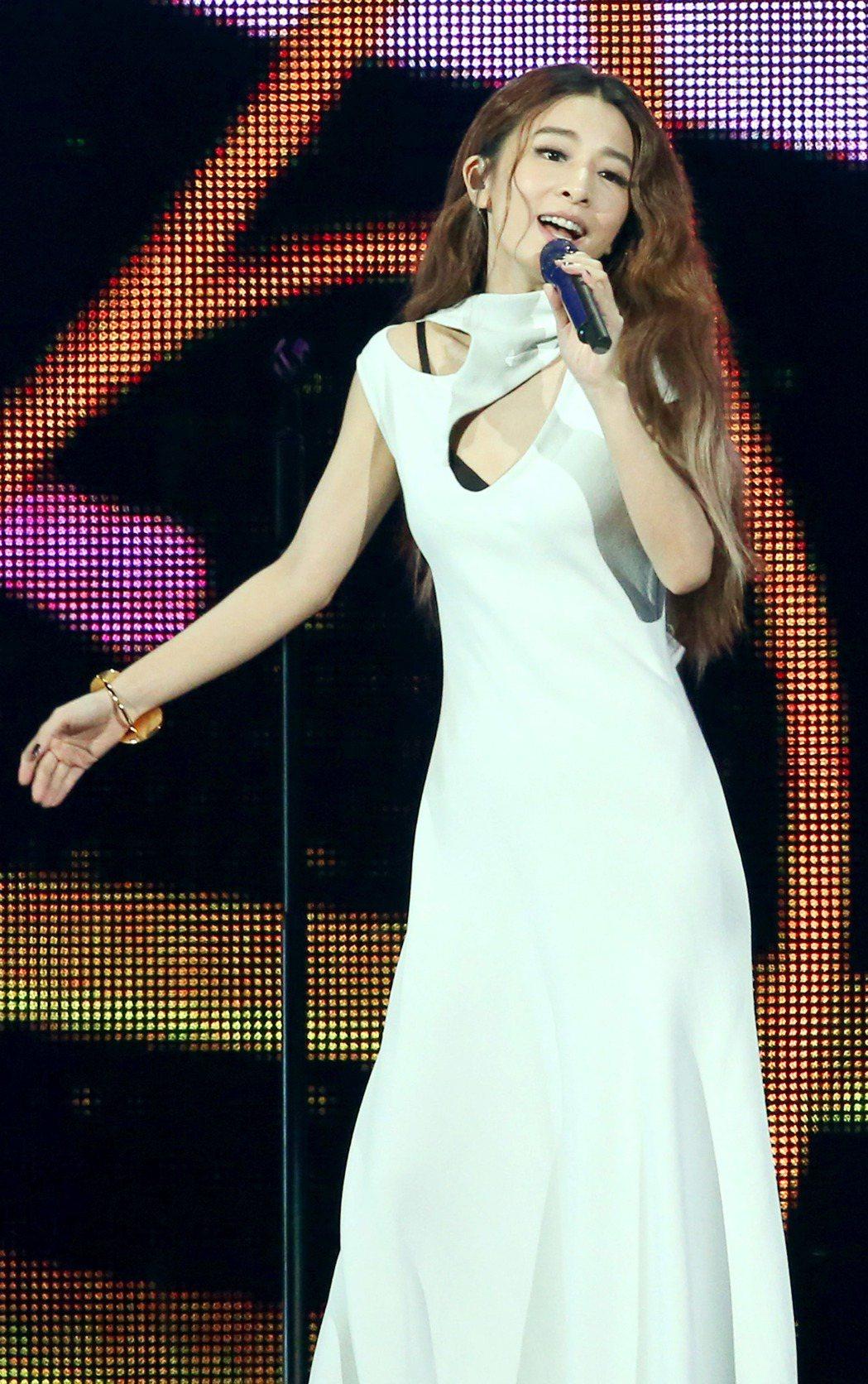 KKBOX風雲榜在台北小巨蛋舉行,田馥甄首先小露性感登場演唱「小幸運」等歌曲。記...
