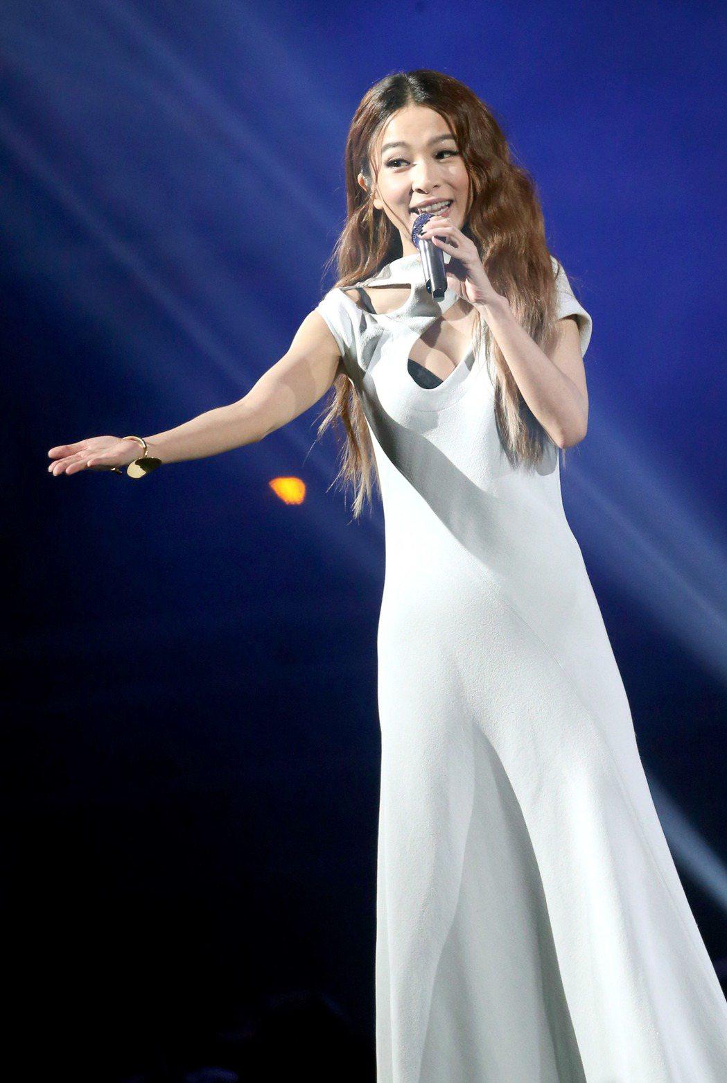 KKBOX風雲榜昨天在台北小巨蛋舉行,田馥甄小露性感演唱。記者屠惠剛/攝影
