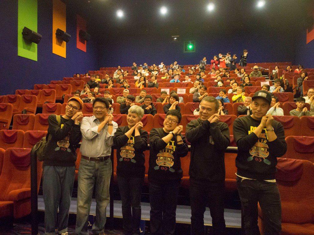 國片「健忘村」今天在屏東首映,除了邀請協助的公部門外,連滿州鄉民也一同到場欣賞。