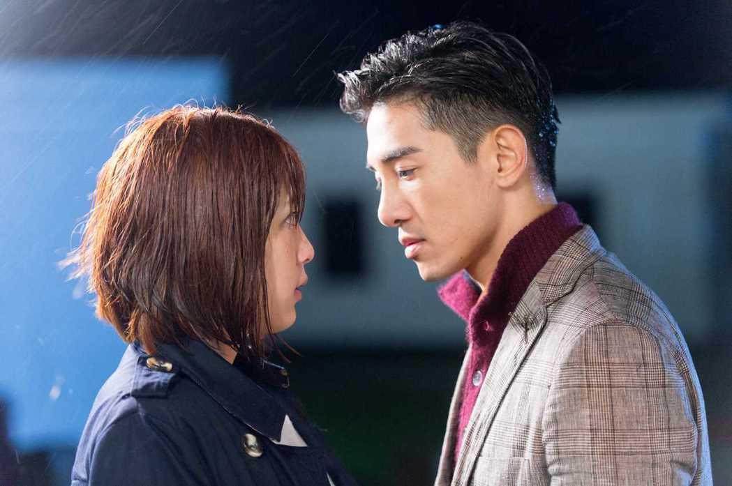 張立昂(左)、劉奕兒寒風中拍吻戲。圖/三立提供