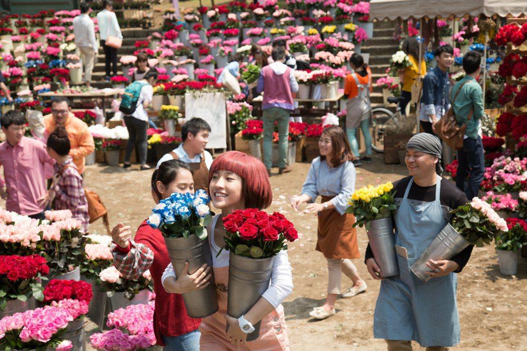 小球在「52Hz, I  love you」開場賣花,把台北市的玫瑰都快搜刮一空