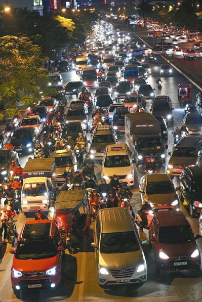 擔心中美關係進入緊繃期,不少台灣開發商選擇前進東南亞。圖為越南河內的交通車潮。 ...
