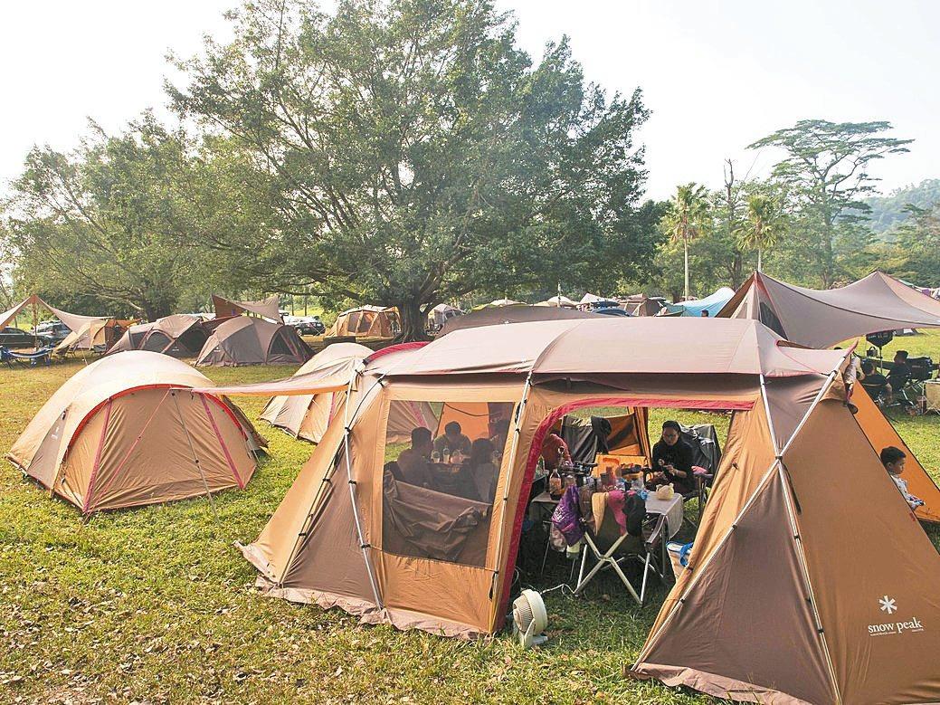 南國雪花村主辦的首屆「南雪露營音樂祭」在屏東穎達農場舉辦,吸引超過800人參與。...