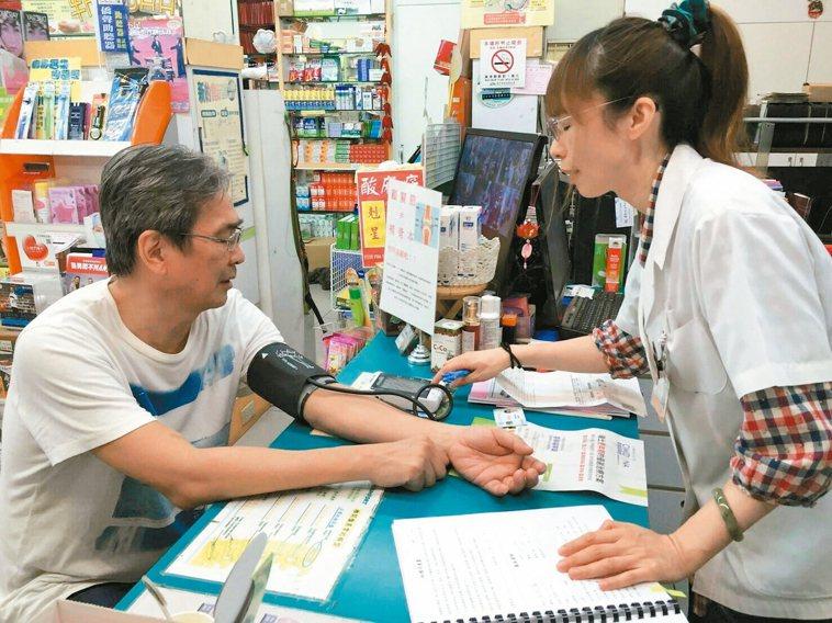 各大藥局舉辦心房顫動篩檢活動,民眾可就近接受測量。 呂茂浪藥師/提供