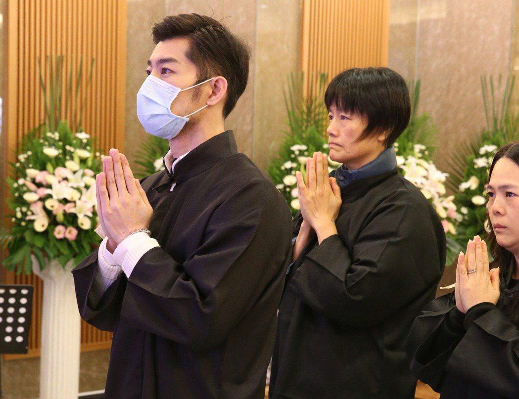 歌仔戲名角小明明告別式 ,孝子施易男(左)忍淚送母。記者陳立凱/攝影
