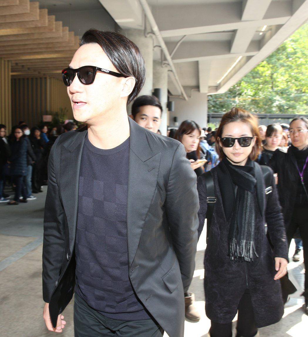 歌仔戲名角小明明告別式 ,林依晨與老公出席致意。記者陳立凱/攝影
