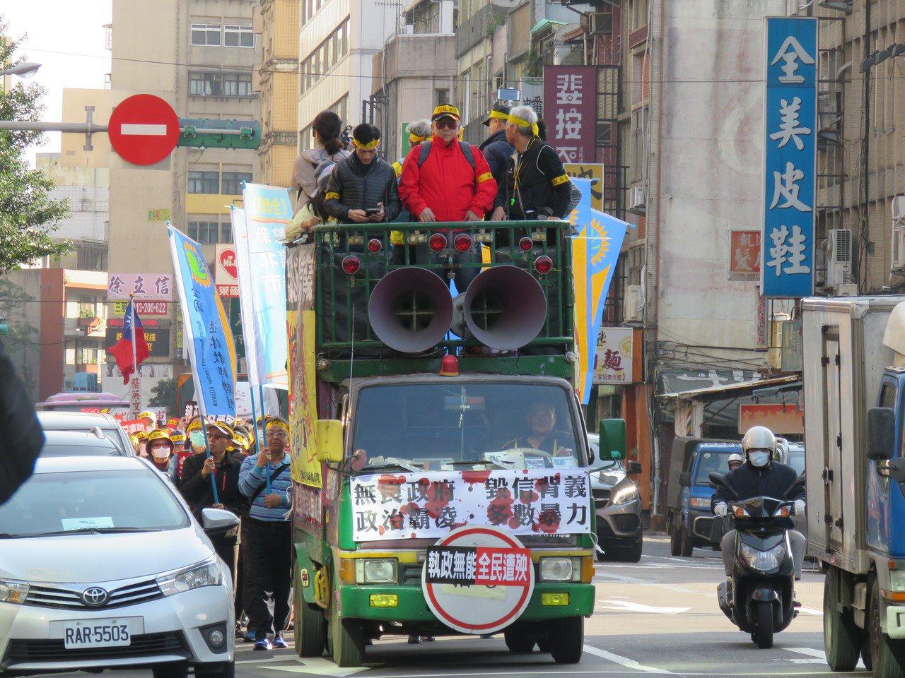 全教產等監督年金改革行動聯盟22日在總統府管制區周邊小規模遊行抗議。報系資料照