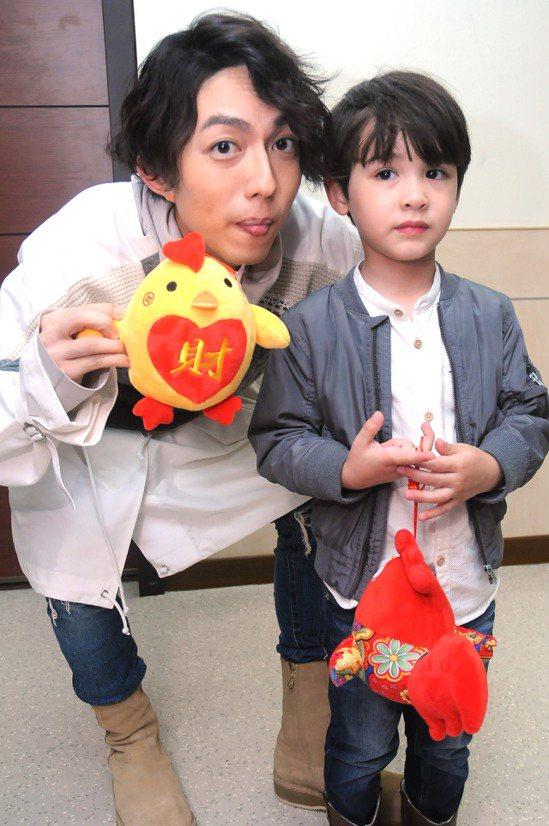 林宥嘉拿著雞年玩偶跟萌娃合照。圖/台視提供
