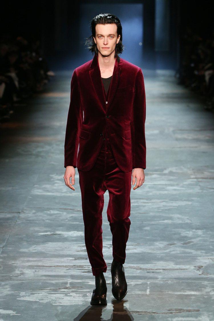 酒紅色的正式晚宴服是設計師Haider Ackermann的偏好,亦是本季Ber...