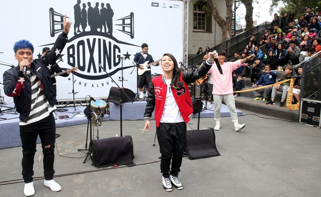 boxing 樂團與Miss Ko葛仲珊同台飆唱阿妹的「跳進來」。記者侯永全/攝...