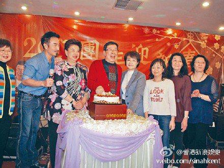 黎明的乾爹,香港粵語長片時代老戲骨,人稱「修哥」的胡楓(左4)過85歲生日。圖/