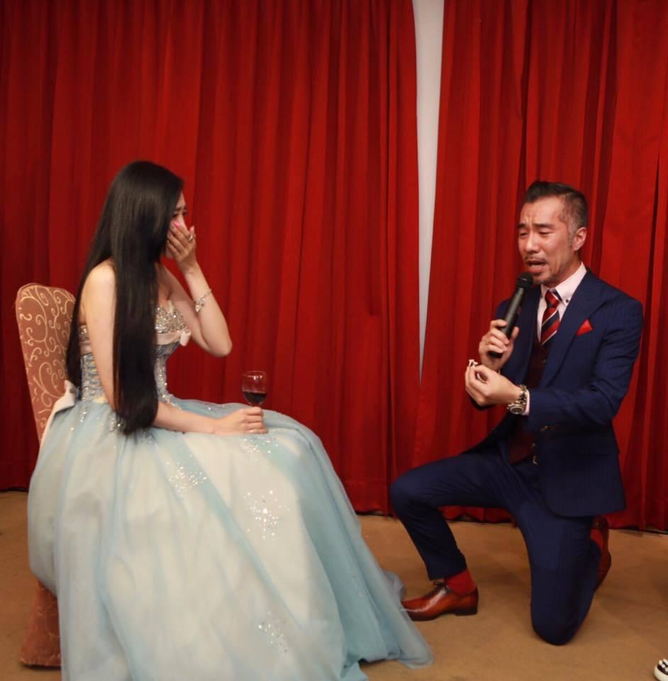 張兆志(右)向女友許允樂求婚成功。圖/摘自許允樂臉書